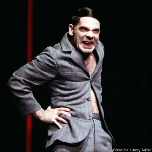 """Еще одна фотография Мартина Вуттке в роли Гитлера в спектакле """"Карьера Артуро Уи"""""""
