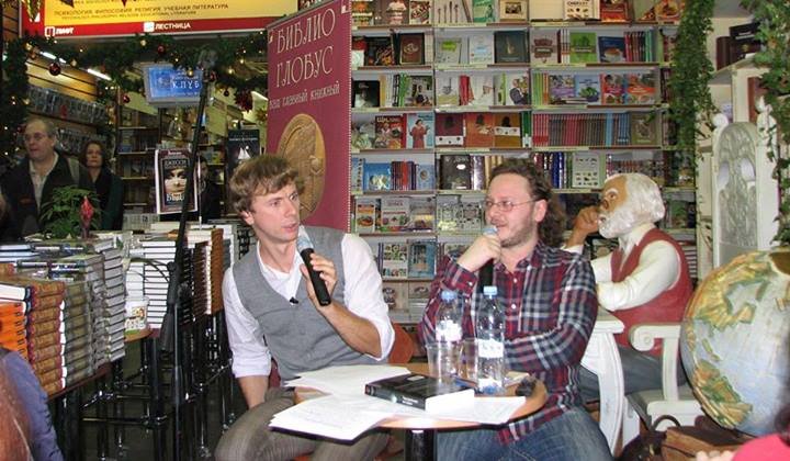 Артур Соломонов (справа) и Антон Кукушкин во время презентации «Театральной истории» в книжном магазине «Библио-глобус».  Фото: Софья Мозалева