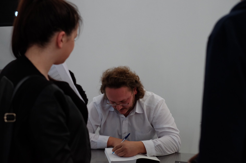 Псков. 6 мая 2014. Автограф-сессия Артура Соломонова