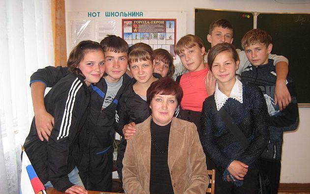 Учитель Лидия Ляхова с учениками. Село Чумай