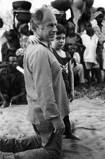Питер Брук с сыном в Африке.
